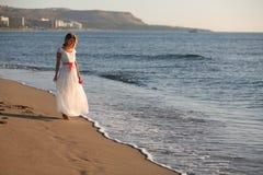 пристаньте девушку к берегу Стоковое Изображение RF