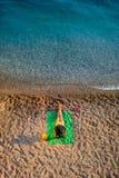 пристаньте лежа женщину к берегу Стоковые Фото