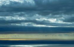 пристаньте дезертированную мать к берегу острова руки сынок моря определяет шторм Стоковые Фотографии RF