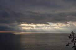 пристаньте дезертированную мать к берегу острова руки сынок моря определяет шторм Стоковое Фото
