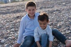 пристаньте детей к берегу Стоковое Изображение