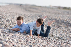 пристаньте детей к берегу стоковые фотографии rf