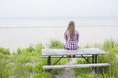 пристаньте детенышей к берегу девушки Стоковое Изображение RF