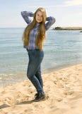 пристаньте детенышей к берегу девушки Стоковая Фотография