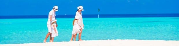 пристаньте детенышей к берегу тропической каникулы песка семьи 4 белых стоковые фотографии rf