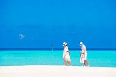 пристаньте детенышей к берегу тропической каникулы песка семьи 4 белых стоковое фото
