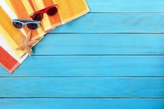 Пристаньте лето к берегу палубы загорая предпосылка, солнечные очки, космос экземпляра Стоковые Изображения RF