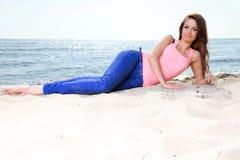 Пристаньте женщину к берегу праздников наслаждаясь песком солнца лета смотря счастливый стоковое изображение rf
