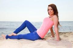 Пристаньте женщину к берегу праздников наслаждаясь песком солнца лета смотря счастливый стоковые фотографии rf