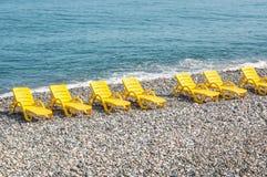 Пристаньте желтые стулья или кровати к берегу на пляже Стоковое Изображение RF
