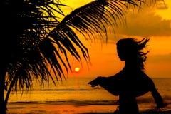 пристаньте заход солнца к берегу силуэта девушки Стоковые Изображения RF