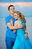 пристаньте заход солнца к берегу лета влюбленности вечера пар Молодая женщина и человек красоты на s Стоковая Фотография RF