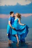 пристаньте заход солнца к берегу лета влюбленности вечера пар Молодая женщина и человек красоты на s Стоковые Фотографии RF