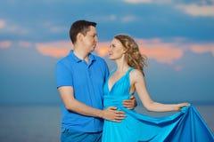 пристаньте заход солнца к берегу лета влюбленности вечера пар Молодая женщина и человек красоты на s Стоковые Фото