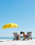 пристаньте зонтик к берегу лета поцелуя Стоковое фото RF