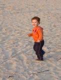 пристаньте идущий малыша к берегу стоковое изображение