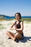пристаньте йогу к берегу девушки стоковая фотография rf