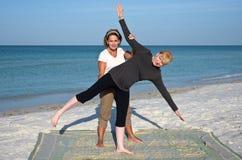 пристаньте йогу к берегу стоковые изображения