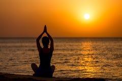 пристаньте йогу к берегу Стоковая Фотография