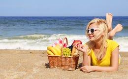 пристаньте канереечное playa к берегу Испанию пикника острова de fuerteventura cofete Белокурая молодая женщина с корзиной Стоковые Фото