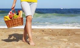 пристаньте канереечное playa к берегу Испанию пикника острова de fuerteventura cofete Женские ноги и корзина Стоковые Фото