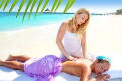 пристаньте карибскую женщину к берегу бирюзы массажа Стоковое Изображение RF