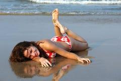 пристаньте красивейшую девушку к берегу Стоковое Изображение