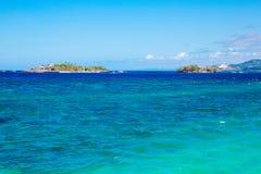 пристаньте красивейшую мечт природу к берегу над белизной взгляда вала лета места песка ладони Красивые острова на тропическом мо стоковое фото