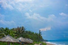 Пристаньте красивые покрыванные соломой зонтики к берегу и яркое море бирюзы, большое воссоздание и релаксацию рай тропический стоковые фото