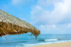 Пристаньте красивые покрыванные соломой зонтики к берегу и яркое море бирюзы, большое воссоздание и релаксацию рай тропический стоковое фото rf