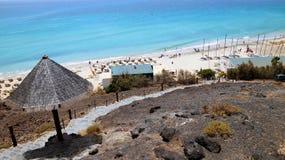 Пристаньте к берегу в курорте Playa de Esquinzo, Фуэртевентуры, Канарских островов, Испании стоковая фотография rf