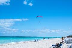 Пристаньте к берегу в полет Варадеро, Кубе с параглайдингом стоковое фото