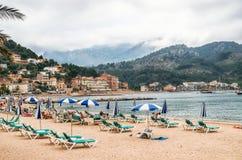 Пристаньте к берегу в Порте de Soller на пасмурный день на Мальорке, Балеарских островах, Испании Стоковые Фото
