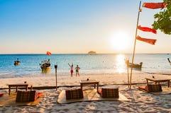 Пристаньте к берегу в утре с парами и традиционной шлюпкой i longtail Стоковое фото RF