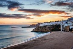 Пристаньте к берегу в Albufeira, Португалии, Алгарве на заходе солнца Атлантика co Стоковое Изображение RF