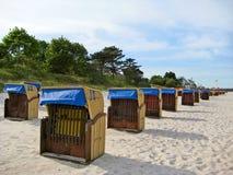 Пристаньте к берегу в Scharbeutz с шезлонгами, Балтийском море, Германии стоковое изображение rf