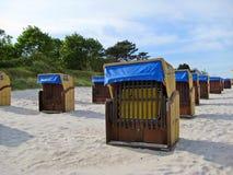 Пристаньте к берегу в Scharbeutz с шезлонгами, Балтийском море, Германии стоковые изображения