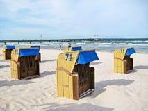 Пристаньте к берегу в Scharbeutz с шезлонгами и пристанью, Балтийским морем, Германией стоковая фотография rf