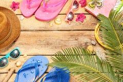 Пристаньте к берегу, листья пальмы, песок, солнечные очки и сальто Стоковое Изображение