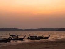 Пристаньте к берегу на апельсине неба захода солнца, Krabi Таиланде Стоковое фото RF