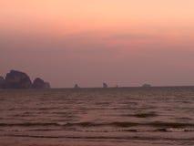 Пристаньте к берегу на апельсине неба захода солнца, Krabi Таиланде Стоковые Изображения