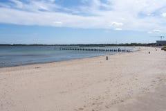 Пристаньте к берегу на Балтийском море с целью 2 деревянных мостов Стоковая Фотография