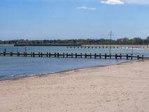 Пристаньте к берегу на Балтийском море с целью 2 деревянных мостов Стоковые Фотографии RF