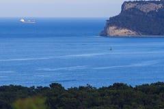 Пристаньте к берегу на среднеземноморском побережье в меньшем курортном городе Goynuk около Kemer, Antalia riviera, Турции стоковые изображения