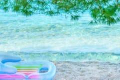 Пристаньте к берегу с кристаллическими морем и соснами, запачканной предпосылкой лета Стоковое фото RF