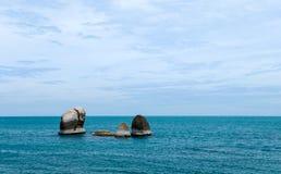 Пристаньте к берегу с утесами в море на привлекательности в острове Samui, Таиланде Стоковая Фотография