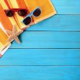 Пристаньте лето к берегу границы предпосылки голубое деревянное загорая пары солнечных очков Стоковые Изображения RF