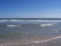 Пристаньте линию к берегу с небом красивых волн океана малых ясным стоковое фото rf