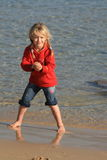 пристаньте малыша к берегу Стоковые Фотографии RF