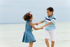 пристаньте малышей к берегу Стоковая Фотография RF